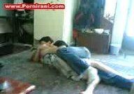 دوست دخترشو آورده خونه با دوستش، دوست دخترشو کوس میکنه و دوستش فیلم میگیره